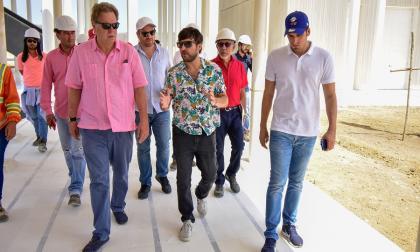 El alcalde de Barranquilla, Jaime Pumarejo, recorriendo la sede de la Federación Colombiana de Fútbol (FCF) junto a Ramón Jesurun.