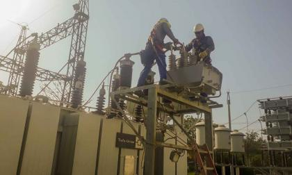 Operarios de Electricaribe durante labores de reparación de daños.