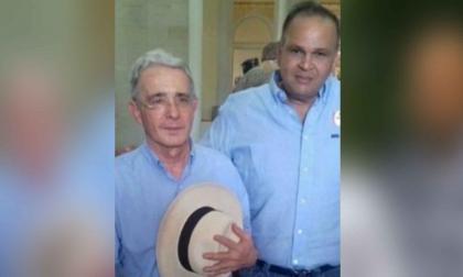 Álvaro Uribe juantoa a José Hernández Aponte, alias el  Ñeñe (QEPD).