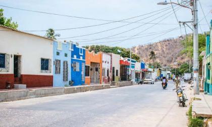 Un hombre camina por una de las calles del barrio Pescaíto, en Santa Marta. En este lugar se cumplirá una agenda para despedir la cumbre de alcaldes.