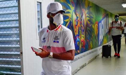 'Cariaco' y Viera llegaron este domingo a Barranquilla con tapabocas como medida preventiva por el coronavirus.