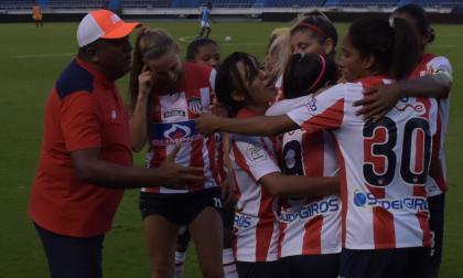 Álvaro Núñez junto a Regnier y el grupo de jugadoras, que celebran un gol en un partido de las Tiburonas.