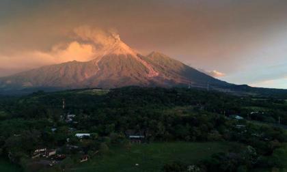 Volcán de Fuego aumenta erupciones y lanza ceniza a comunidades en Guatemala