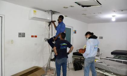 Un grupo de trabajadores realiza trabajos de reparación de las habitaciones.