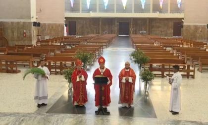 Pablo Emiro Salas, arzobispo de Barranquilla, ofició la misa del Domingo de Ramos en una catedral sin asistentes.
