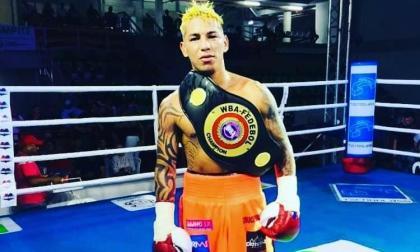 El pegador cesarense Pablo Carrillo, de 31 años, con su cinturón Fedebol AMB de las 115 libras ganado ante Luis Golindano, en 2019.