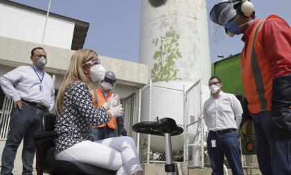 La gobernadora Elsa Noguera inspeccionó el funcionamiento del sistema de suministro de oxigeno en el centro especializado del Cari.