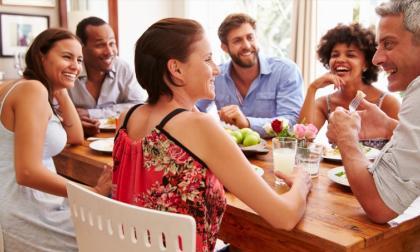 Un buen sitio para fomentar el diálogo en la familia es alrededor de la mesa, según los expertos consultados.
