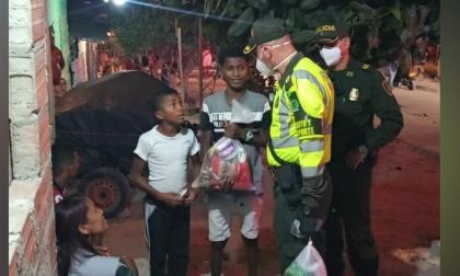 Los uniformados celebraron el Día del Niño con la entrega de mercados a la población vulnerable del barrio Siete de Abrril.