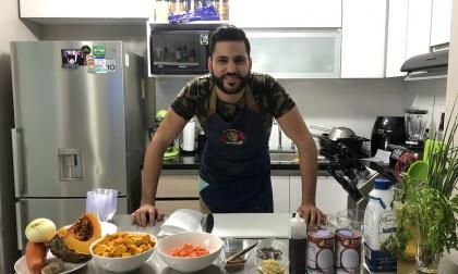 Orlando Malkún en su cocina en casa, desde donde prepara su comida saludable.
