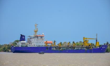 Panorámica de la draga 'Hang Jun 5001' fondeada en el canal de acceso al Puerto de Barranquilla a la entrada del barrio Las Flores.