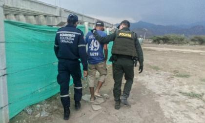 Policía y Bomberos evitan que hombre se lance de un puente en Ciénaga