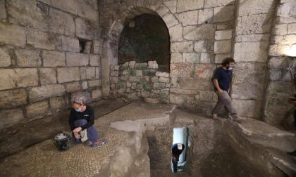 Arqueólogos israelíes trabajan en un sitio de excavación arqueológica en los túneles del Muro Occidental, Jerusalén.