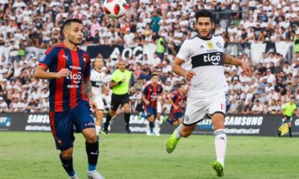 Acción de un duelo entre el Cerro Porteño y Olimpia.