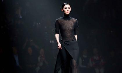 La modelo Sun Yichao durante la Mercedes-Benz China Fashion Week en Beijing, en marzo de 2017.