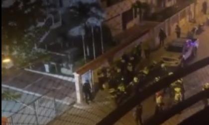 Policías atienden la riña en el interior del centro recreacional que la institución tiene en el barrio Crespo de Cartagena.
