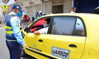 Personal del DATT es el encargado de controlar el cumplimiento del pico y placa para taxis. Con apoyo de la Policía de Tránsito.