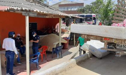 Funcionarios de la ADI ayudan en la evacuación.