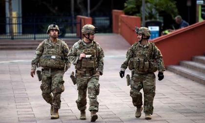 Los miembros de la guardia nacional hacen guardia en la plaza Pershing después de las violentas protestas por la muerte de George Floyd.