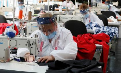 Varios operarios en una empresa del sector de confecciones.
