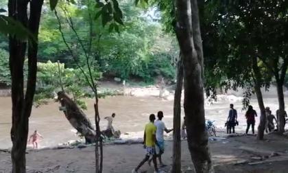 Las autoridades dispersaron a las personas que estaban bañándose aglomeradas en el río Guatapurí.