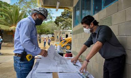 Alcalde inspecciona dos de los seis colegios en los que se reactivaron obras