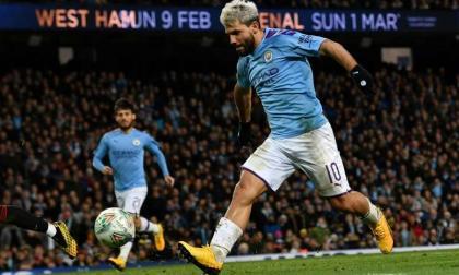 El atacante Sergio Agüero en acción con el Manchester City.