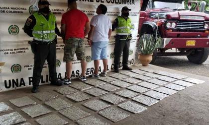Caen dos hombres con 25 kilos de marihuana en carretera de La Guajira