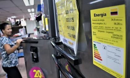 La etiqueta visible en los electrodomésticos indica el consumo de energía del artefacto.