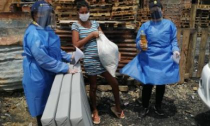 La ayuda a una de las 12 afectadas por el incendio en Pasacaballos.