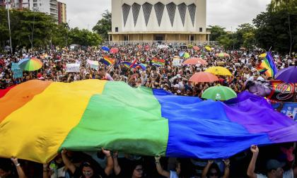La comunidad LGBT mundial celebra el mes del orgullo en junio con marchas.