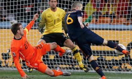 Andrés Iniesta saca el remate que le dio el título a España del Mundial de Sudáfrica 2010 ante Holanda.