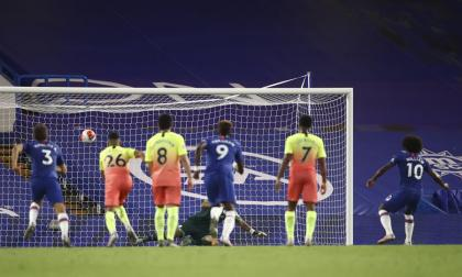 Acción del gol de penal que convirtió Willian que le dio el triunfo 2-1 al Chelsea ante el Manchester City.