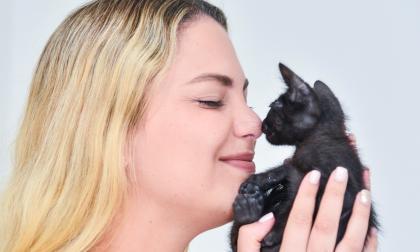 Melissa Ramírez recoge perros y gatos abandonados con su  fundación Sawabona.