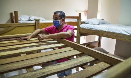 Julio Arroyo va todos los días a su hotel para realizarle mantenimiento.