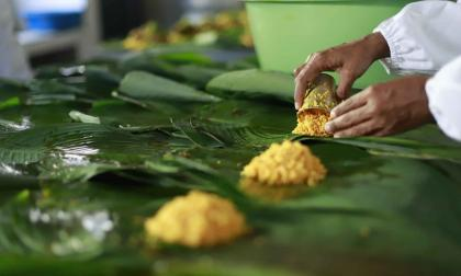Una  cocinera de Pital de Megua en el momento en que envuelve un pastel.
