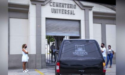 Un carro fúnebre entrando al cementerio Universal.