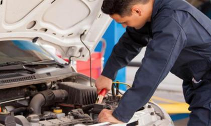 Un técnico revisa un automotor.