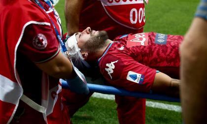 El arquero colombiano David Ospina es retirado del campo en camilla.