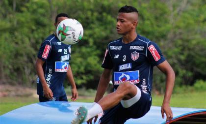 El defensa central César Haydar durante un entrenamiento con Junior.