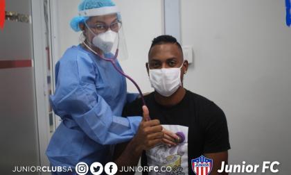 Willer Ditta posa con una de las enfermeras.