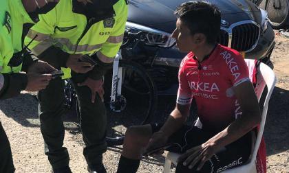 Nairo Quintana dialoga con la policía luego del accidente.