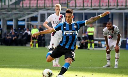 Lautaro Martínez falla el penal que pudo ayudar al Inter ante el Bolonia.
