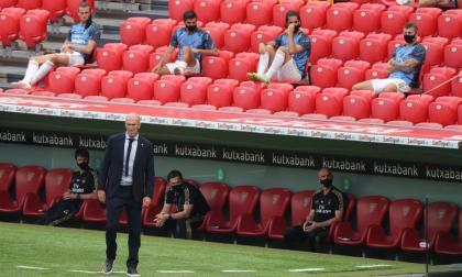 Zidane observando el juego en Bilbao. Detrás de él, los suplentes del Real Madrid.