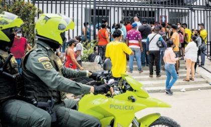 Algunos familiares de los lesionados se agolparon en la puerta del Hospital San Cristóbal de Ciénaga.