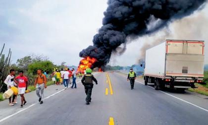 Policía y habitantes de Tasajera cerca del sitio en donde se incendió el camión cargado de combustible