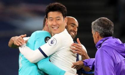 Son Heung-Min se abraza con Hugo Lloris al final del partido. Lucas Moura y Mourinho participan en el final feliz.