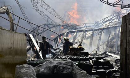 En video | Bomberos controlan incendio en bodegas en la Circunvalar