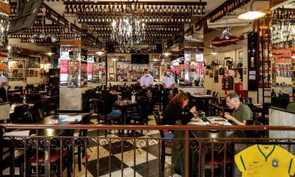 Sao Paulo, epicentro de la COVID en Brasil, reabre bares y centros de belleza