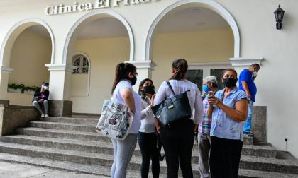 Varios familiares esperan los cuerpos de sus allegados en la puerta de la Clínica El Prado.